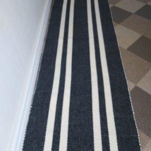vzor nite sivá, biele pruhy – šírka 60cm
