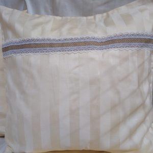 povliečka na vankúš ozdobená jutovou krajkou