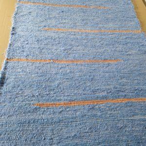 strapatý tenší modrý koberček s oranžovými prúžkami – šírka 60cm