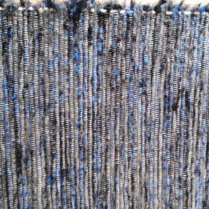 strapatý čierno-modro-sivý koberček – šírka 70cm