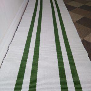biely koberček so zelenými pruhmi š. 60 cm, vzor nite
