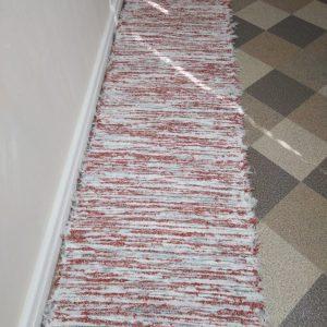 strapatý tehlovo biely š.60
