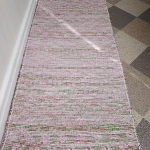 látkový zeleno ružový koberček š.60