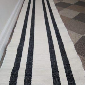 biely koberček s čiernými pruhmi š.50 cm, vzor nite