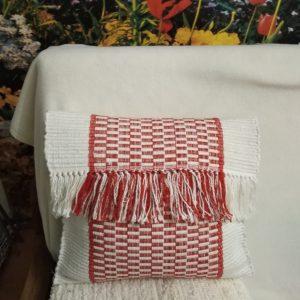 bielo – červený vankúš 40 x 40 cm, vzor nite