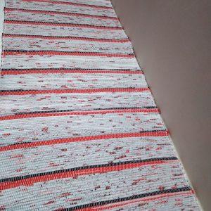 látkový koberček s červeno-čiernými prúžkami š. 60 cm